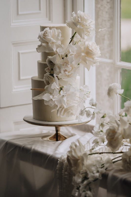 3 tier buttercream wedding cake in ivory decorated with fresh white flowers | Sugar Plum Bakes | Rachel Takes Pictures